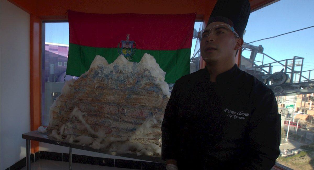 Un profesor y sus estudiantes presentaron una torta con la forma del Illimani. Foto: EFE