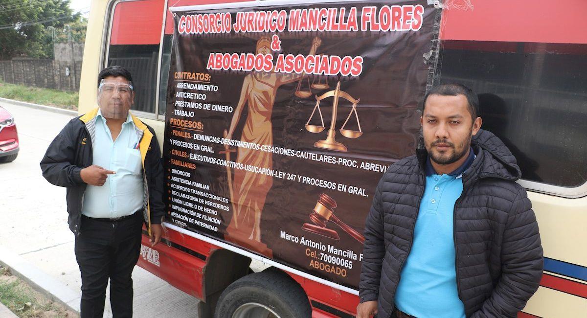 """El abogado Marco Antonio Mancilla recibe a sus clientes en un micro convertido en """"oficina móvil"""". Foto: EFE"""