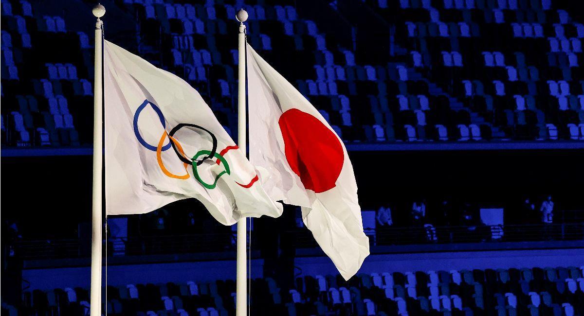 La Bandera Olímpica junto a la bandera de Japón. Foto: EFE
