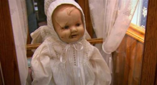 Conoce la perturbadora historia de Mandy, la muñeca maldita
