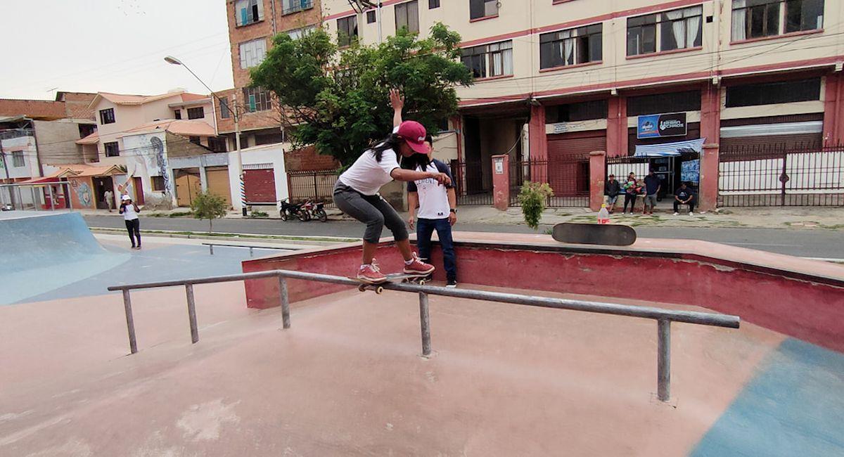 "Integrante de ""Imillas Skate"" practicando ""skateboarding"". Foto: Facebook @imillaskateoficial"