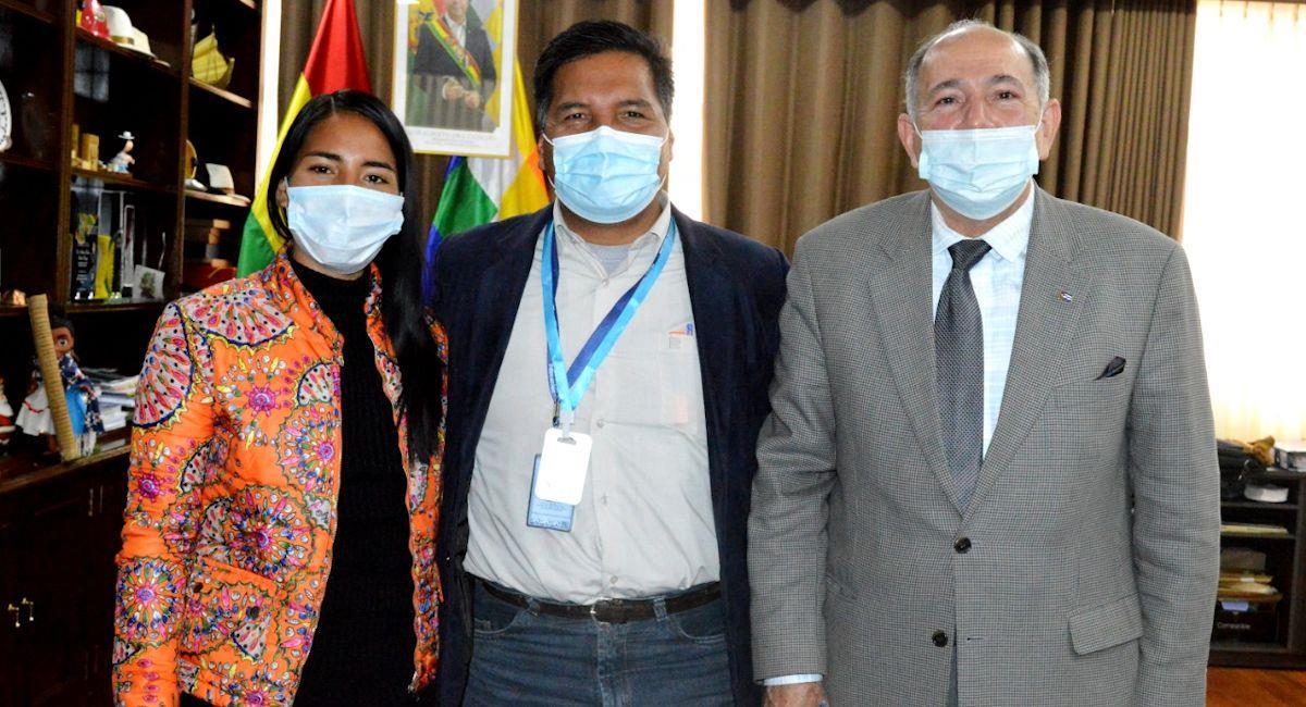 La viceministra de Deportes, el ministro de Educación y el embajador de Cuba en Bolivia. Foto: ABI