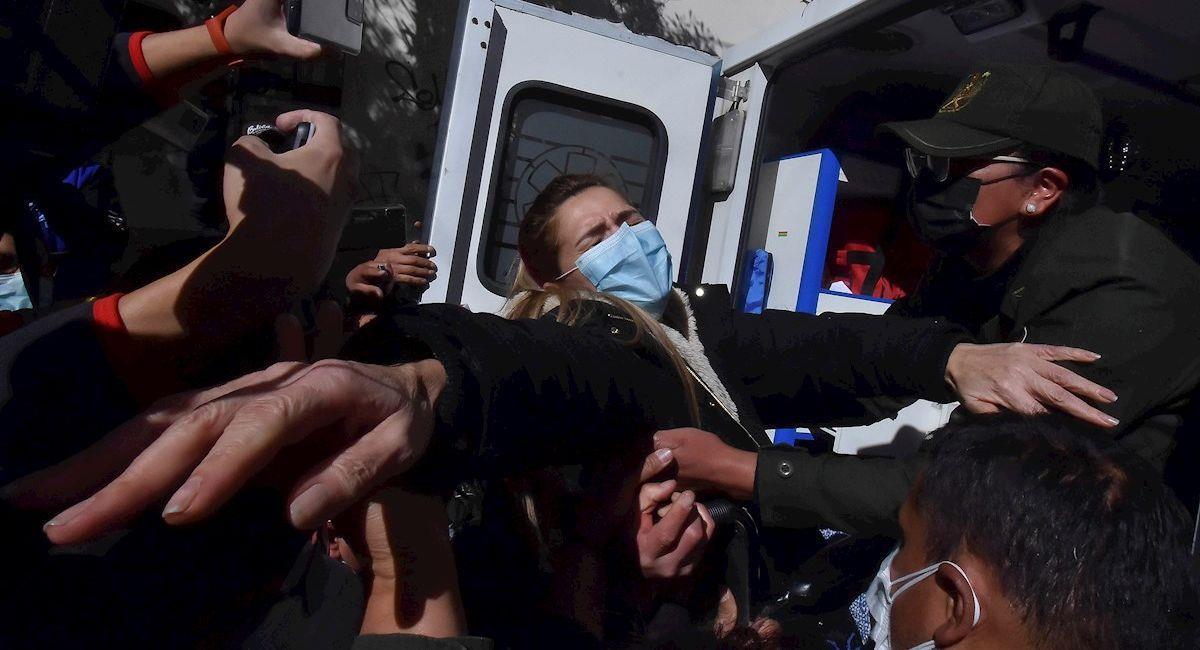 La expresidenta Jeanine Áñez es trasladada a un hospital. Foto: EFE
