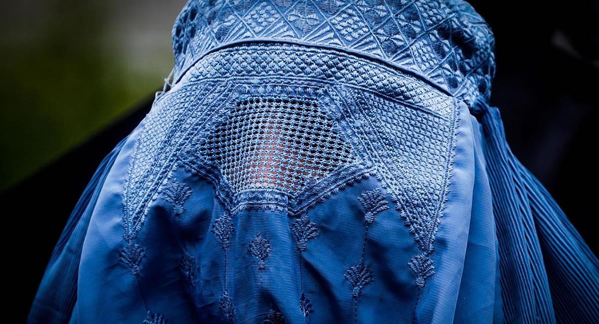 """29 prohibiciones impuestas contra las mujeres, entre ellas el """"esconderse"""" totalmente debajo de una burka. Foto: EFE"""