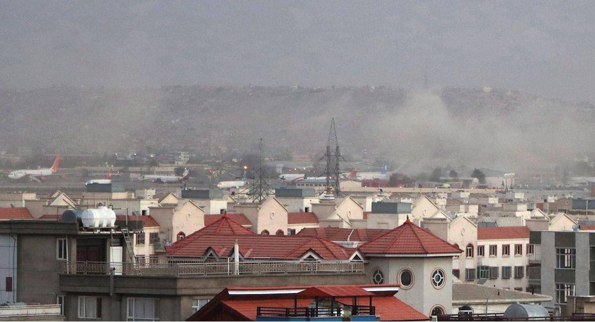 Humo sale del aerouerto de Kabul luego del atentado. Foto: EFE