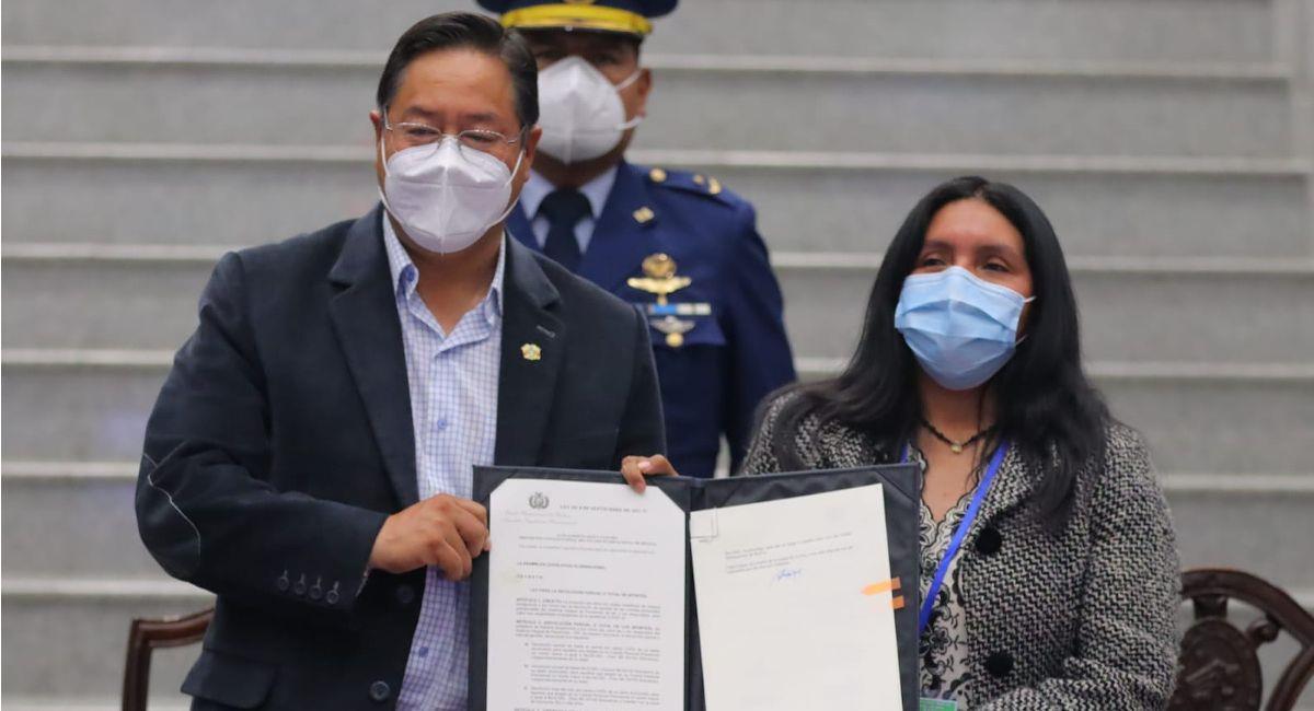 Luis Arce promulga la ley de devolución de aportes a las AFP. Foto: ABI