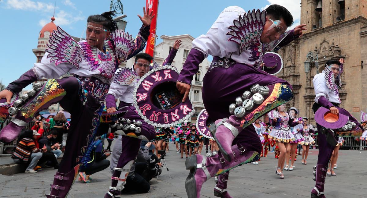 """Jóvenes participan hoy en el """"caporalazo"""", en la plaza de San Francisco en La Paz. Foto: EFE"""