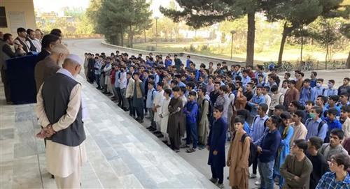 Indignación contra los talibanes por impedir el regreso de las niñas al colegio