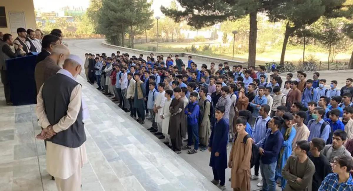 El régimen talibán decidió la vuelta a clase, pero solo permitió que sean los hombres quienes ocupen un puesto en las aulas. Foto: Twitter @VPITV