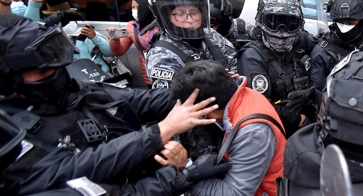 La Policía detiene al periodista Carlos Quisbert, quien cubría el conflicto entre cocaleros. Foto: EFE