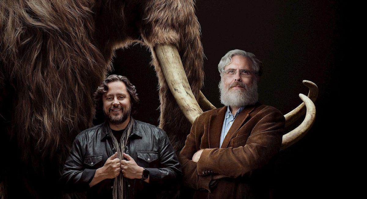 Cofundadores de la empresa Colossal, los empresarios y científicos Ben Lamm (i) y George Church (d). Foto: EFE