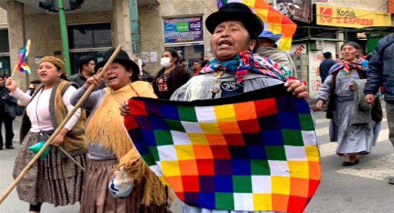 """""""La wiphala se respeta porque representa la historia de nuestros pueblos indígenas"""" Asegura Arce"""