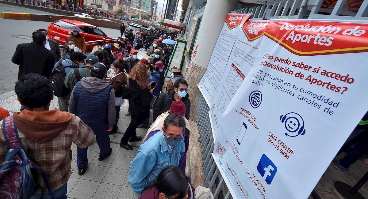Ciudadanos acuden a retirar sus aportes a las AFP. Foto: EFE