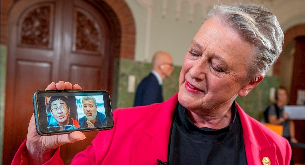 La presidenta del Comité del Premio Nobel de la Paz muestra a los dos ganadores Maria Ressa y Dmitry Muratov. Foto: EFE